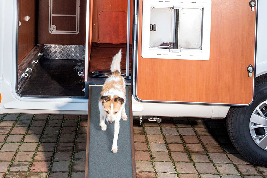 An extendable and non-slip dog ramp with a length of 1,75 m allows for easy entry and exit of the dogs.