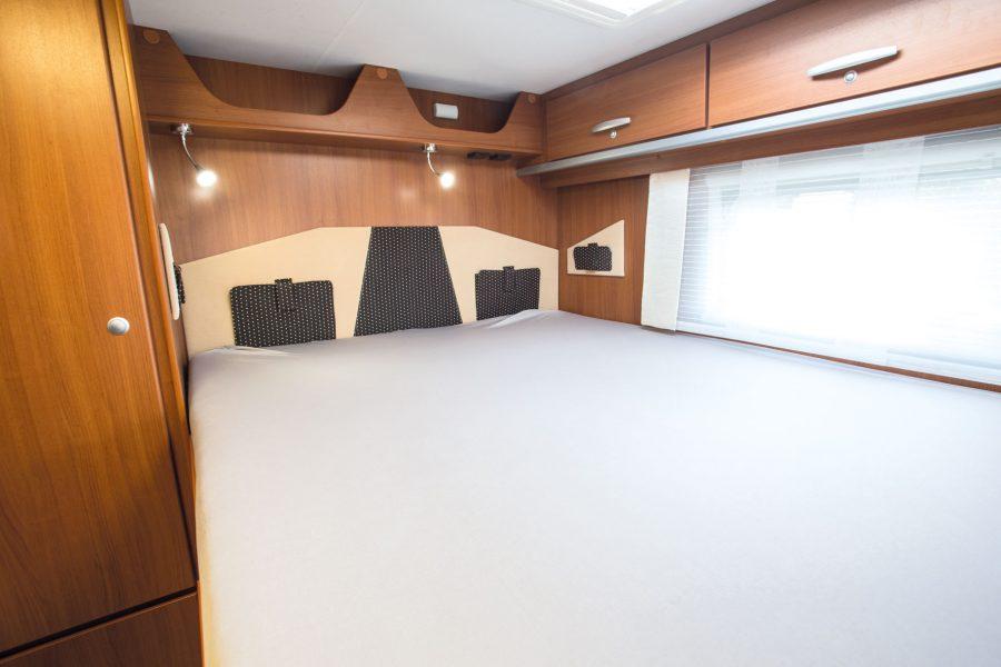 Feststehendes Bett im Heck, ca. 1,30 x 1,90 m (hinterer Teil auf 2,20 m verlängerbar). Zweites umbaubares Bett im Frontbereich.