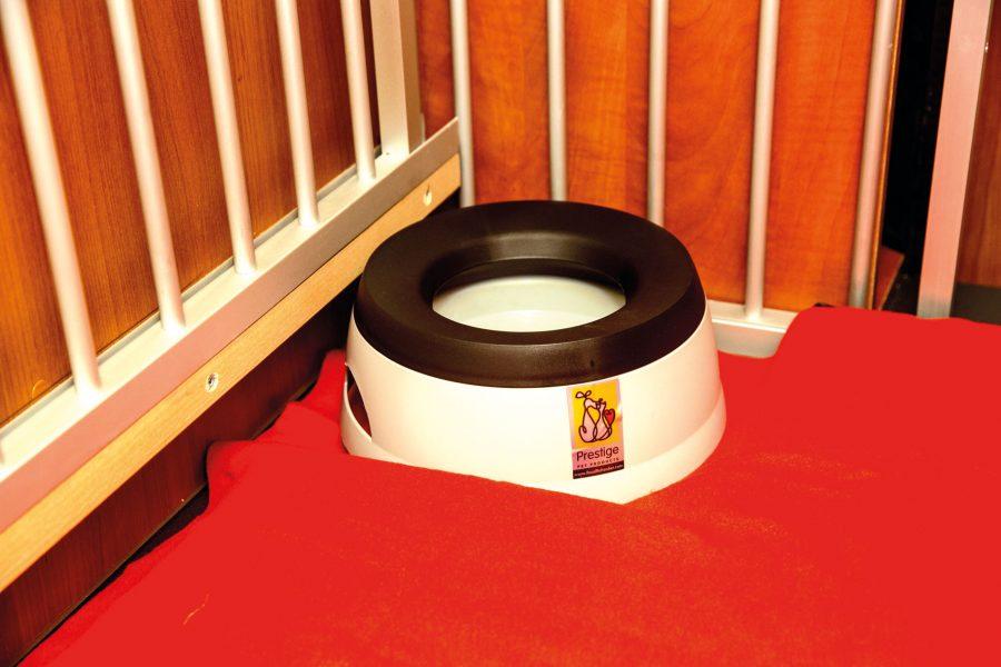 """Ein integrierter """"Antischlabber""""-Napf für die Reise sorgt für ausreichend Wasser während der Fahrt, Inhalt: 1,4 l."""